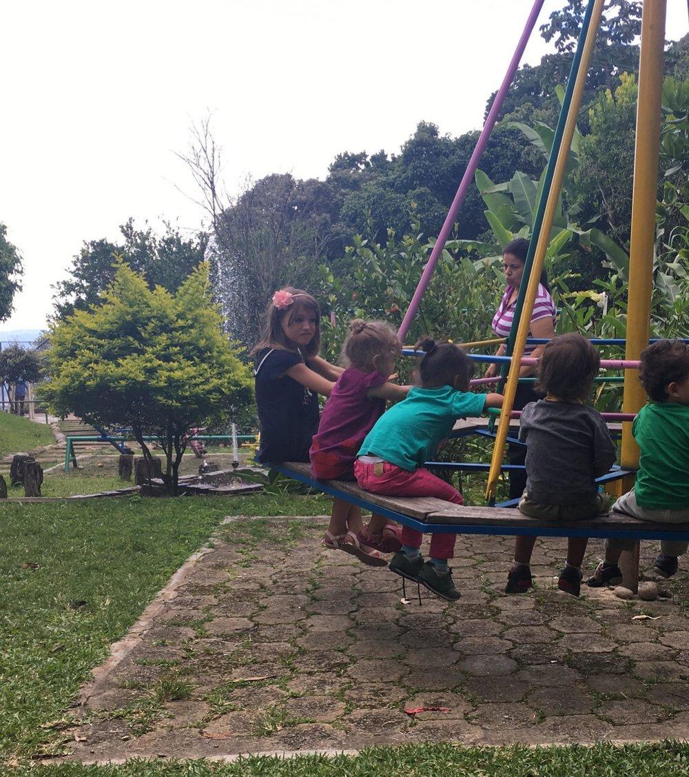 Barnen på barnhemmet roar sig en stund på den stora gungan.
