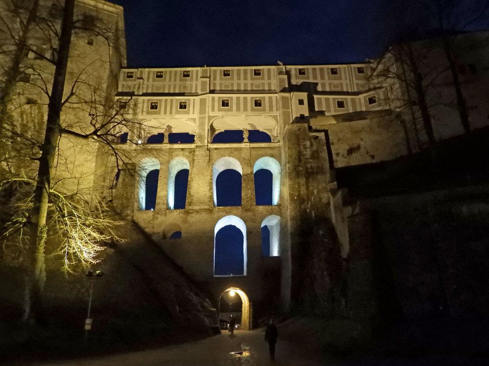 czech-cesky-krumlov-castle-night-bridge.jpg