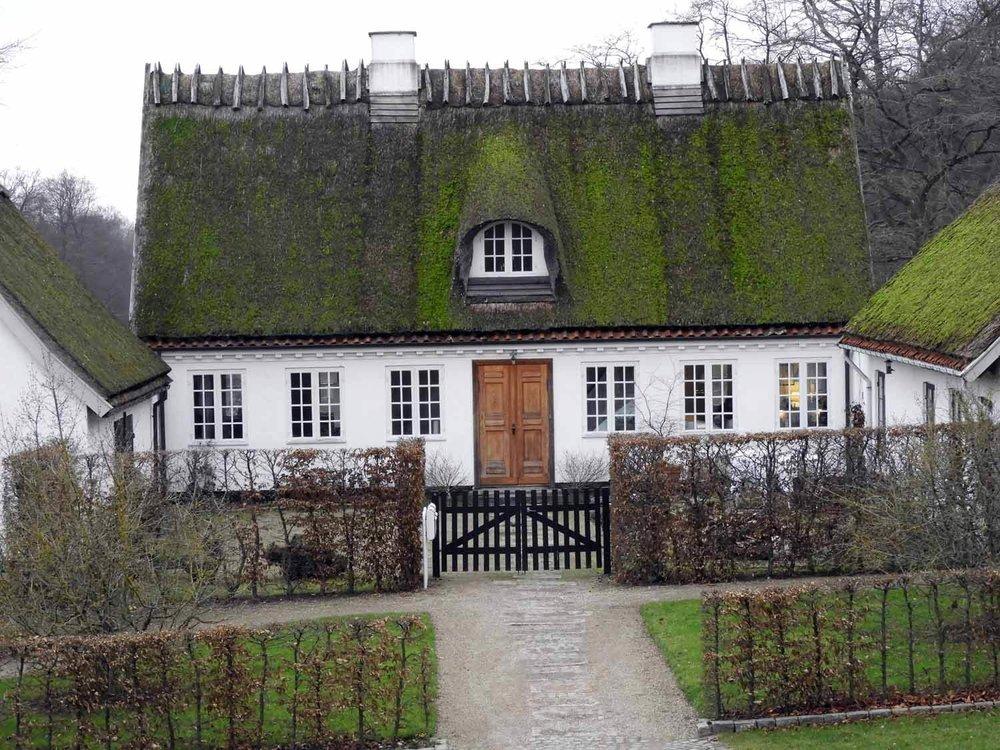 denmark-frederiksborg-slot-castle-gardens-cottage.JPG