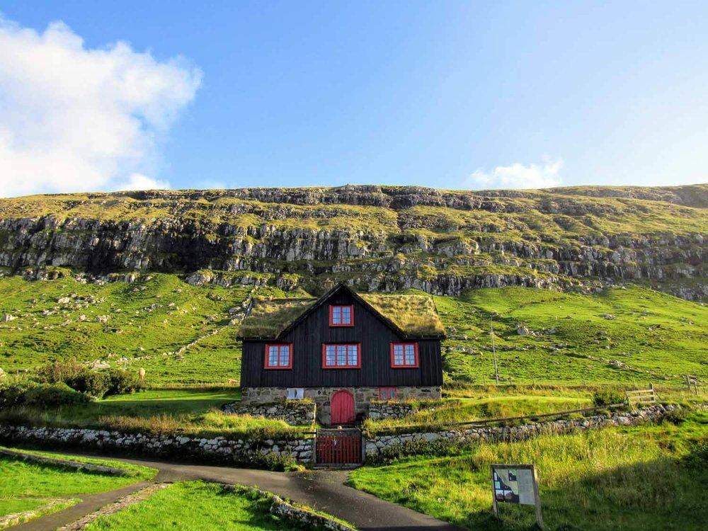 denmark-faroe-islands-streymoy-kirkjubøur-kirkjubour-house-sod-roof-green-grass.jpg