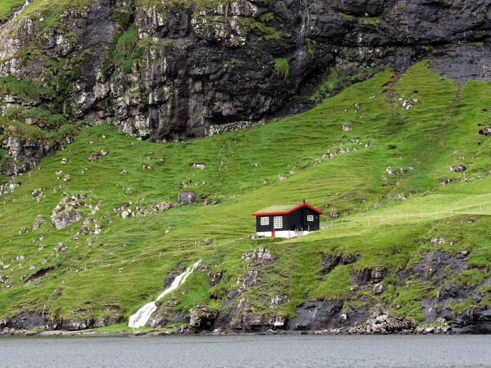 denmark-faroe-islands-streymoy-saksun-lakehouse-cliff.JPG