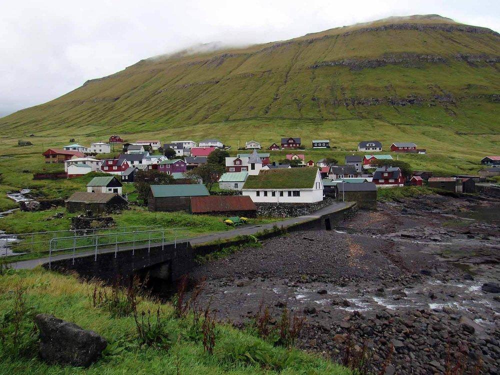 denmark-faroe-islands-eysturoy-Oyndarfjordur-town-bridge-shore.JPG