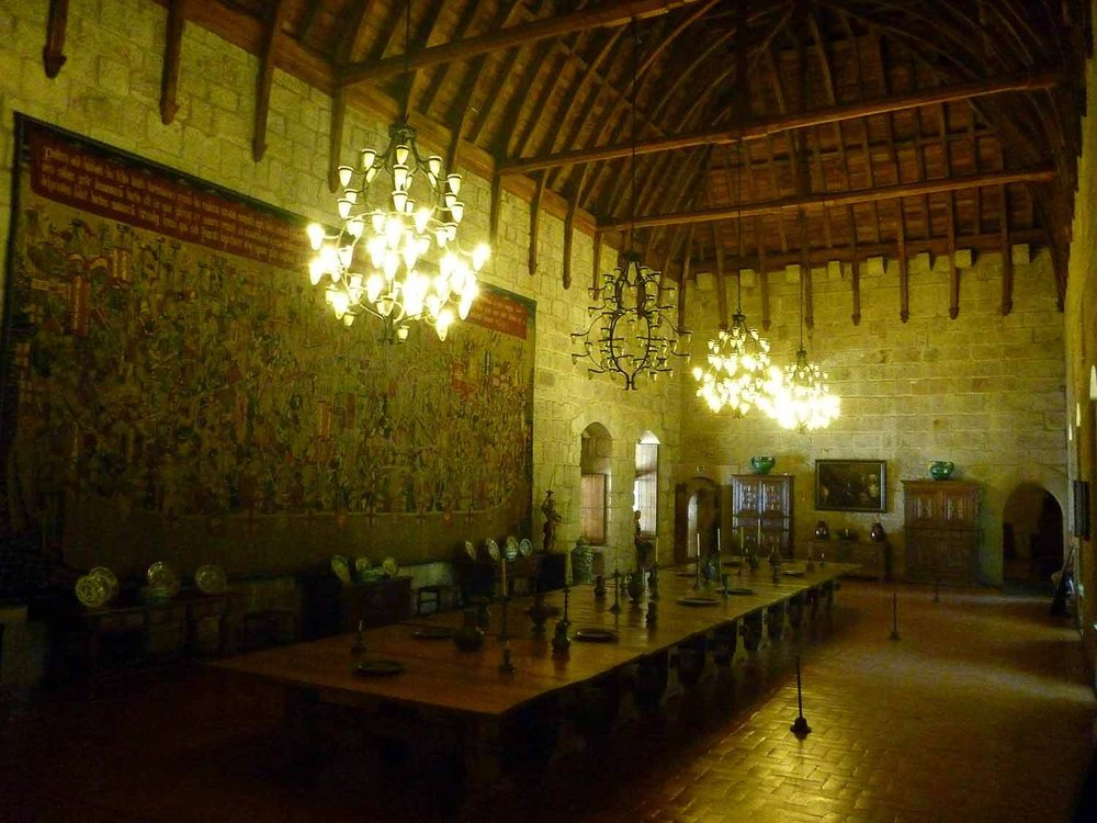 portugal-guimaraes-grand-dining-hall-banquet-table.JPG