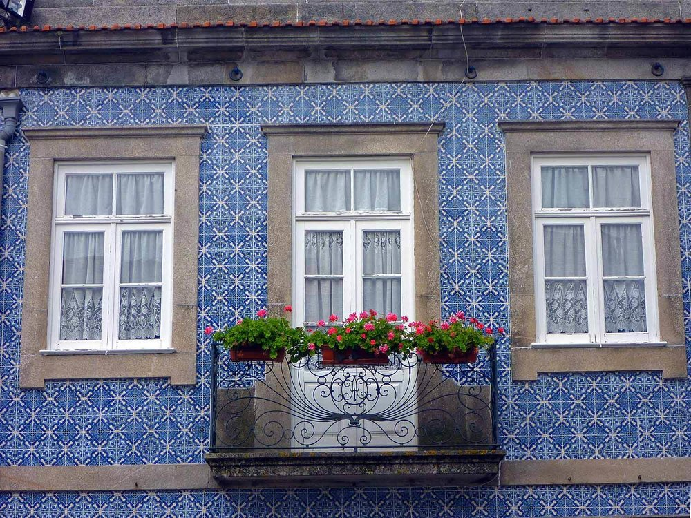 portugal-porto-oporto-azuleijo-janela-window-blue-tiles.jpg