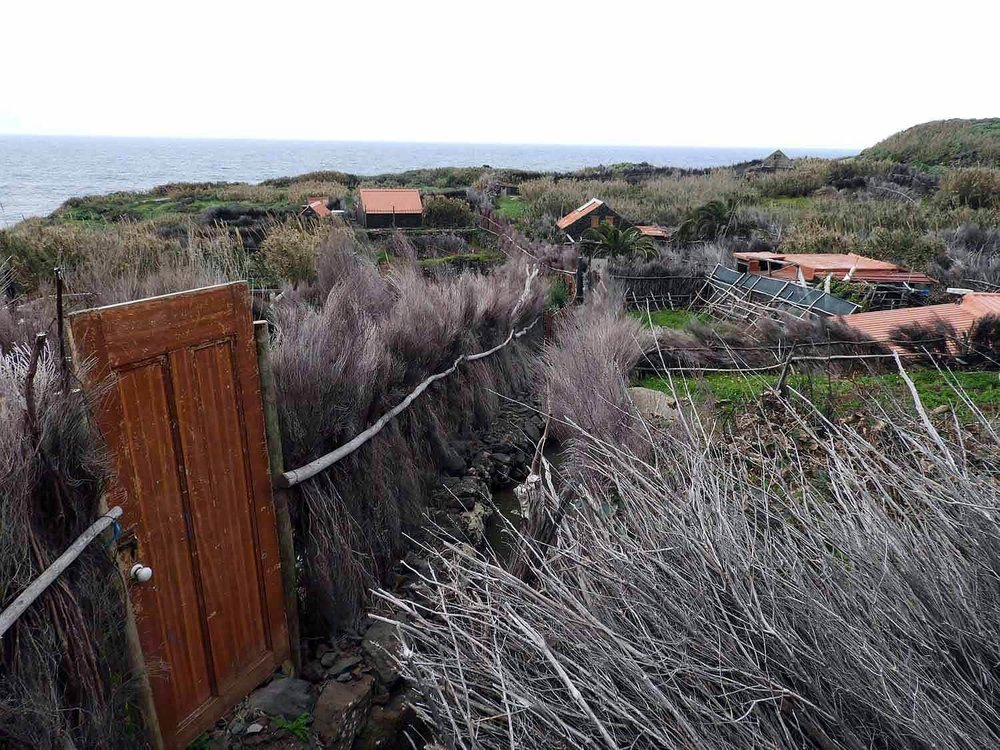 portugal-madeira-island-teleferico-achadas-da-cruz-door-fence.jpg