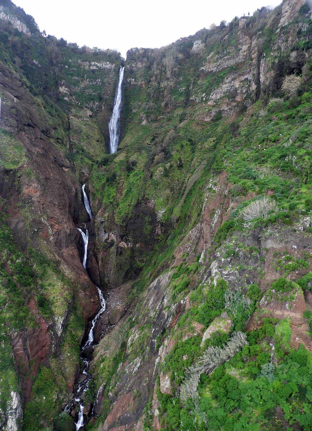 portugal-madeira-rocha-do-navio-teleferico-waterfall.JPG