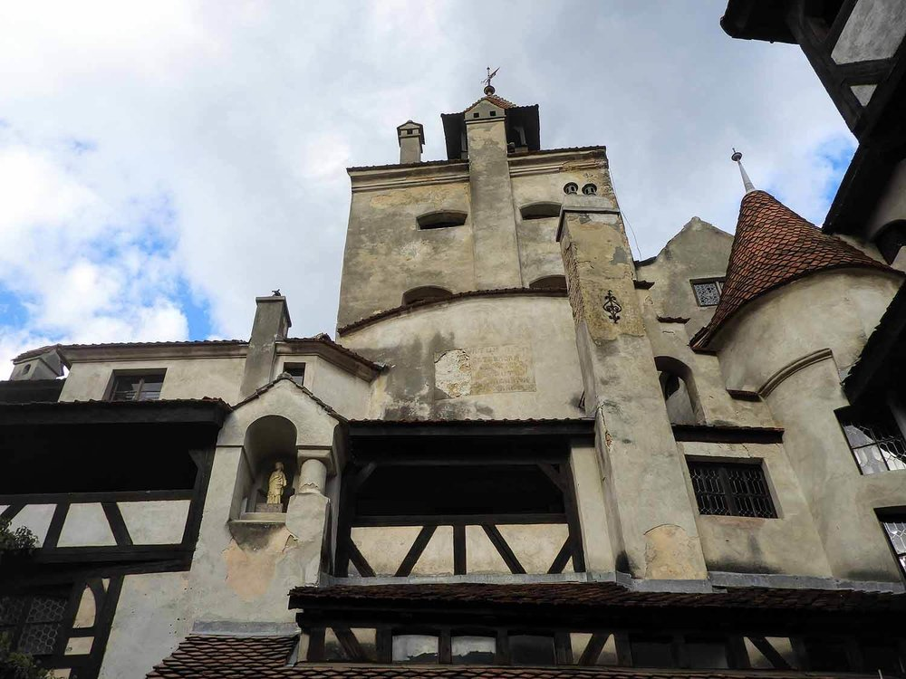 romania-bran-castle-courtyard-view.jpg