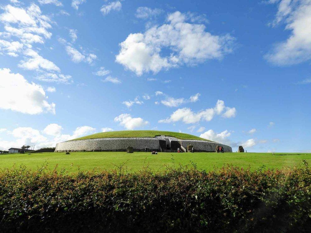ireland-bru-na-boinne-ruins-celtic-tomb-mound.jpg
