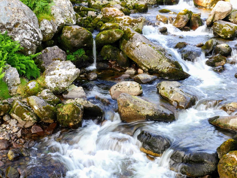 ireland-carrauntoohil-highest-mountain-peak-stream-water.jpg