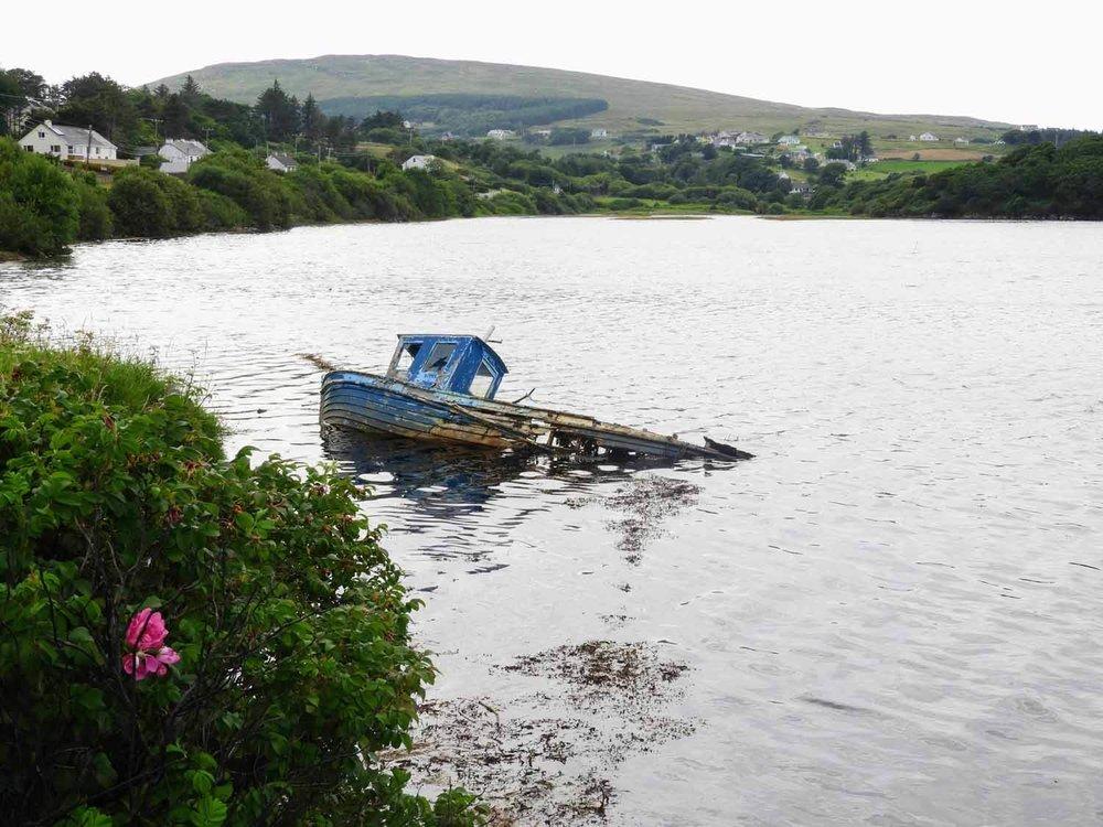 ireland-donegal-boat-sunken-bay-ocean-shore.jpg