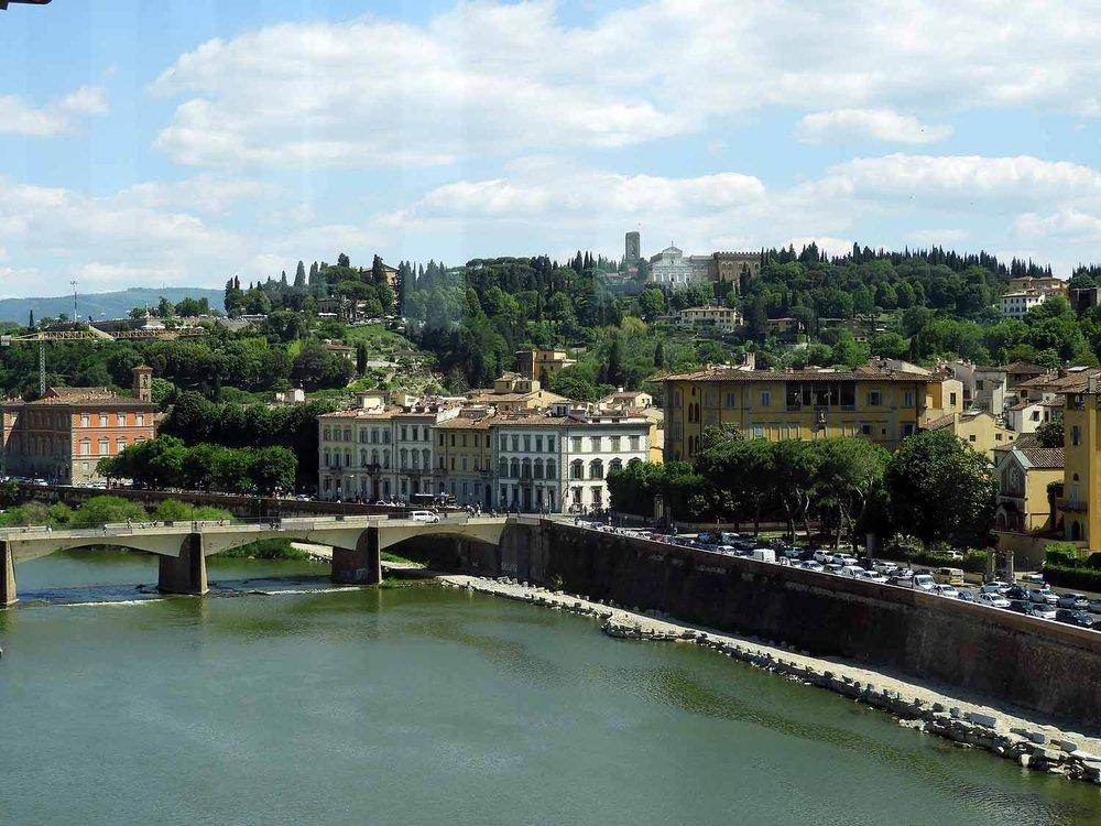 italy-italia-florence-uffizi-museum-rno-river-window.JPG