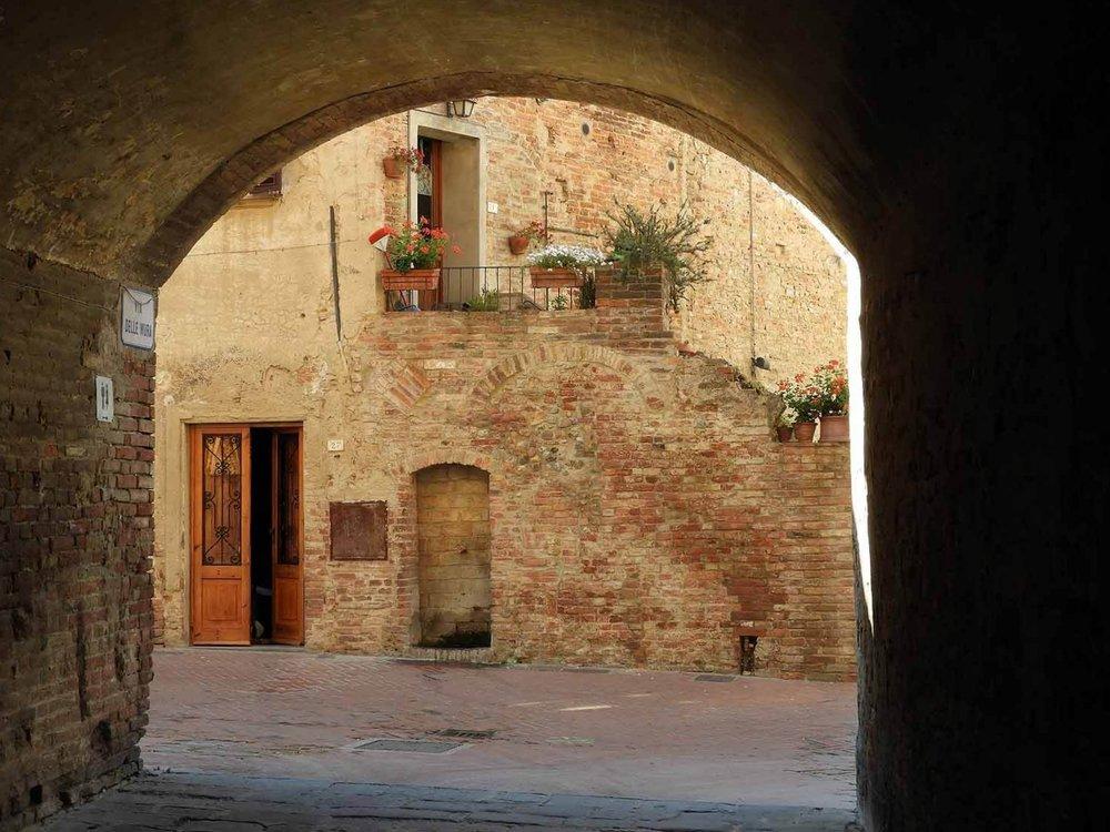 italy-italia-certaldo-old-tuscany-brick-archway.JPG