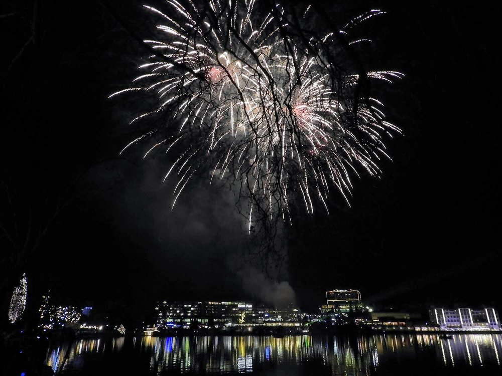 slovenia-lake-bled-new-years-eve-fireworks-midnight.jpg