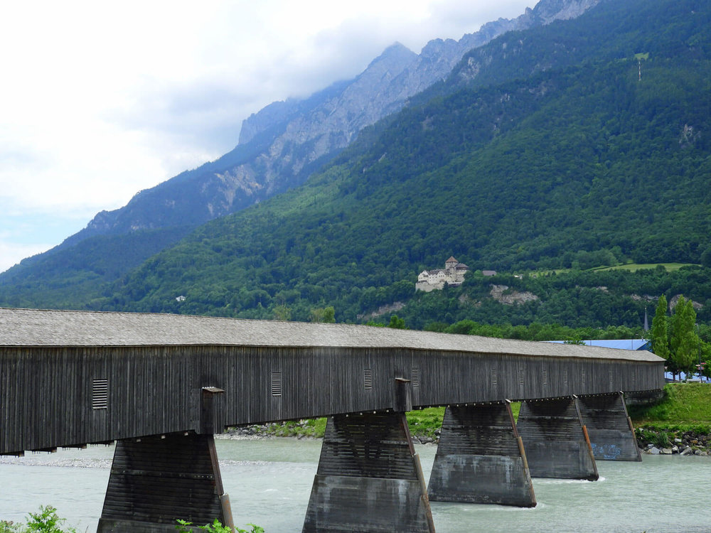 liechtenstein-vaduz-sign-bridge-castle.jpg