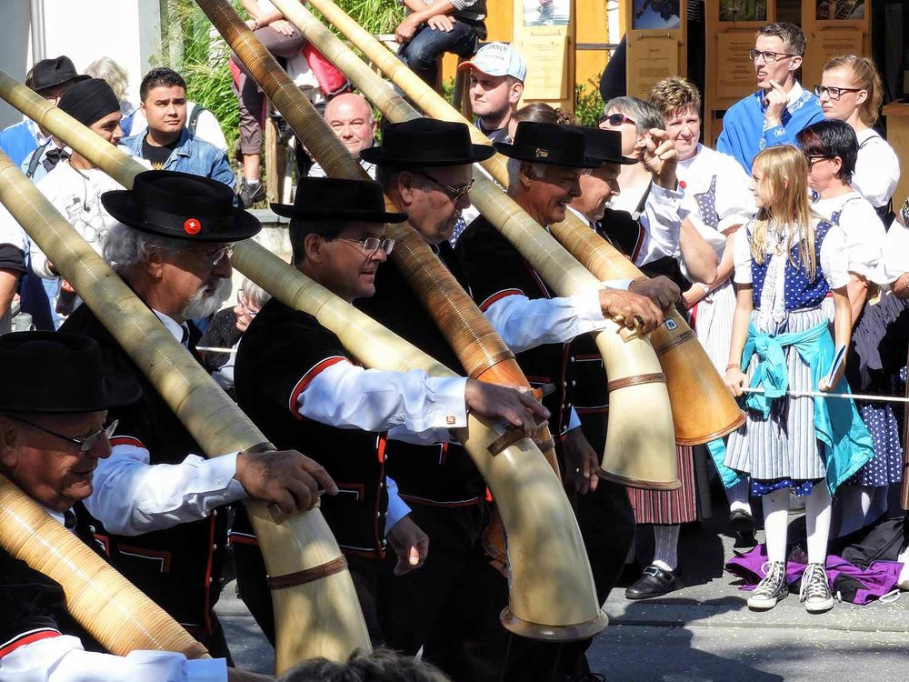 switzerland-interlaken-unspunnen-fest-parade-alphorn.jpg