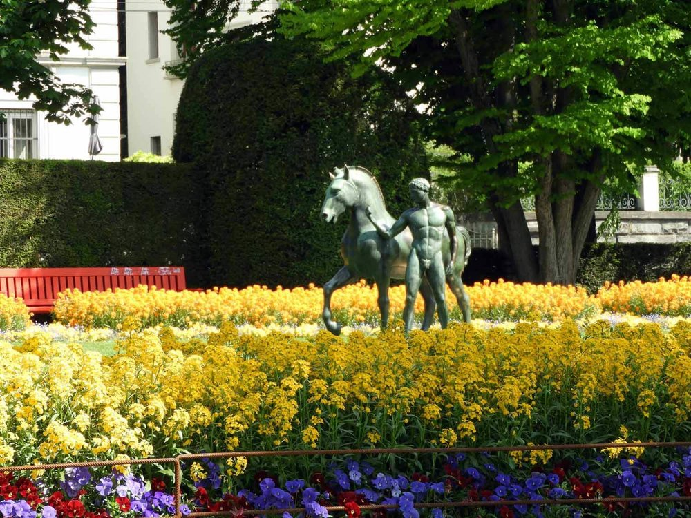 switzerland-lucerne-bronze-horse-statue-flowers.JPG