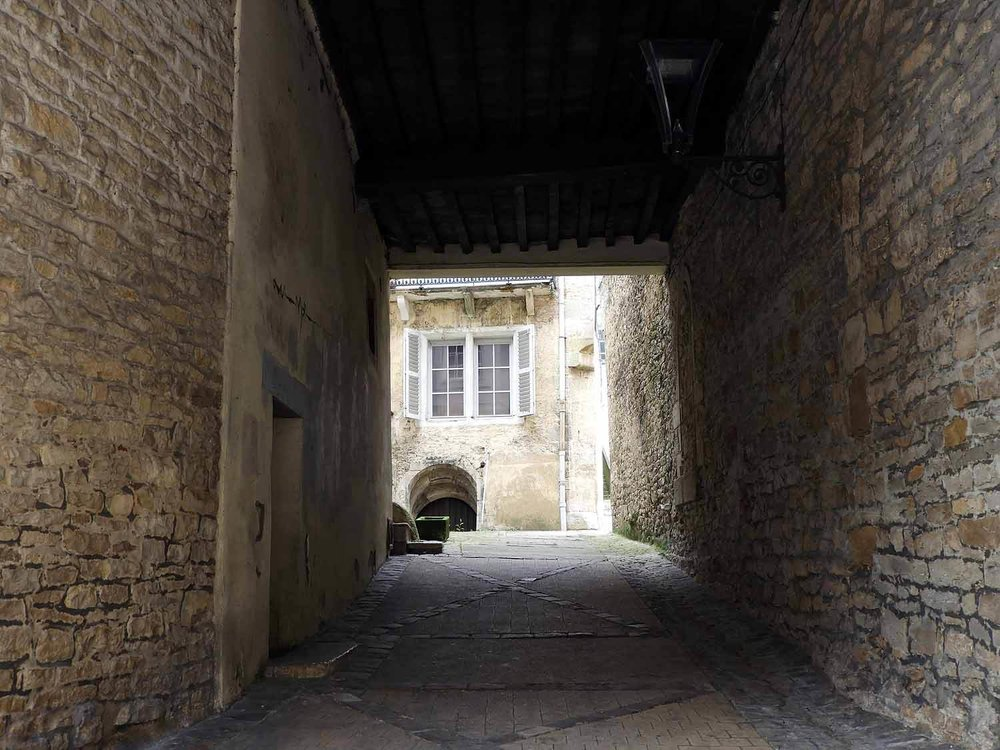 france-vesoul-courtyard-entrance.JPG