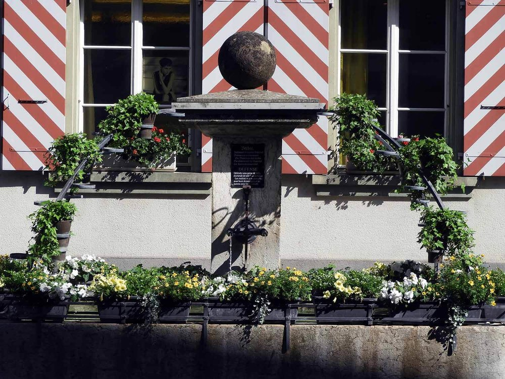 switzerland-murten-fountain-flowers-shutters.JPG