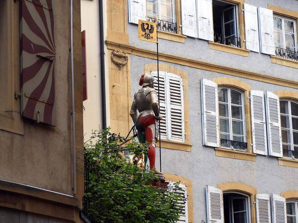 switzerland-neuchatel-knight-statue.JPG
