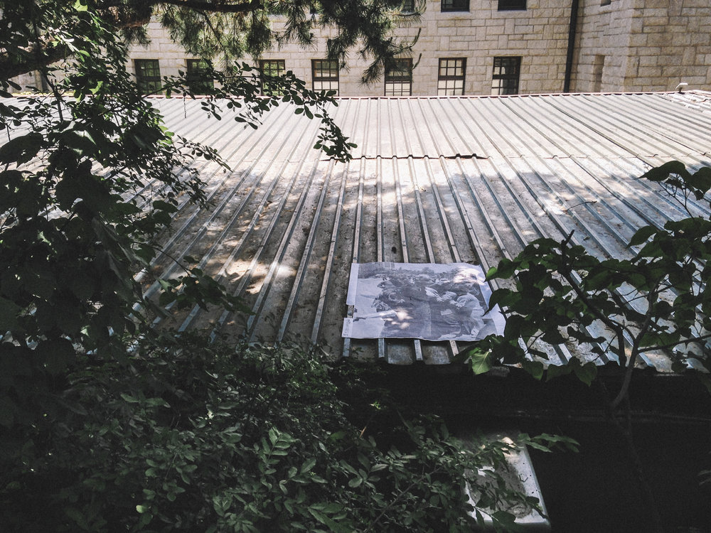 여기 아래, 설치,c-print, 59x84cm, 고려대학교, 2016