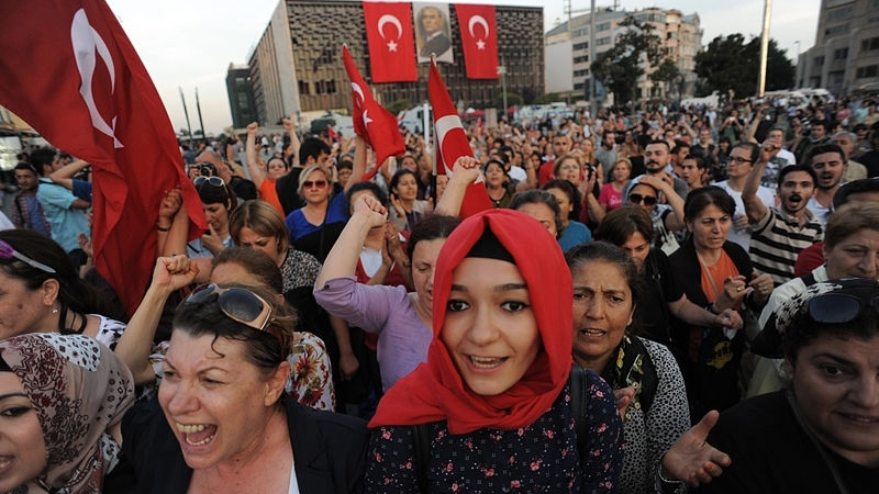 800px-Taksim_square_peaceful_protests._Events_of_June_16,_2013-2.jpg