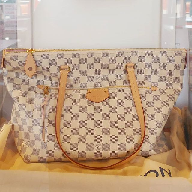 We will be giving away this beautiful Louis Vuitton bag in less than a month. Come on in to sign up! #SayHelloToChello .⠀⠀⠀ .⠀⠀⠀ .⠀⠀⠀ #sayhellotochello #yournewlunchspot #maybedinnertoo #abq #freshfastfood #eatlocal #newmexico #newmexicotrue #nmtrue #foodie #food #yummy #persiansweets #chello #baklava #baklavaCHEESECAKE #cheesecake #dessertday #alwaysroomfordessert #mothersday #giveaway #sundayfunday #thingstodoABQ