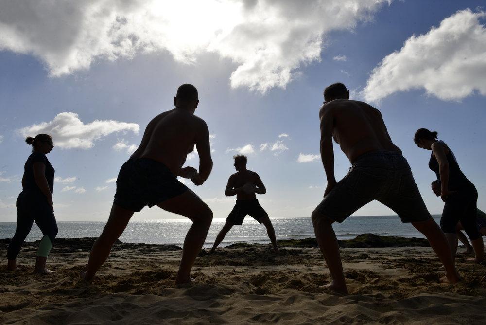 Hogy néz ki egy Sunny Fitness edzés? - Gyakoroljuk a sétát, futást, egyensúlyozást, ugrásokat, állatjárásokat, mászótechnikákat, emelést-cipelést, dobást-elkapást, küzdősport alapokat, csapatmunkát, gimnasztikát, saját testsúlyos erősítő gyakorlatokat és mindezek progresszióit, kombinációit.Biztonságosan, lépésről-lépésre haladunk, minden korosztállyal, edzettségi szinttel lehet csatlakozni. Különösen hangsúlyos a talajmunka, hogy visszaállítsuk az ízületek mobilitását, stabilitását. Folyamatosan szűrjük a gyenge pontjaidat és javítjuk a mozgásminőséged.A szabadtéri edzéseket részesítem előnyben,hogy egyúttal megkapjuk a napfény, földelés, friss levegő pozitív hatásait.Úgy gondolom (a legfrissebb tudományos eredmények alapján), hogy a modern ember első számú problémái a napfény- és természethiány, a rossz táplálkozás valamint a túl sok ülve eltöltött idő a négy fal között a képernyők előtt és mesterséges fények alatt... Továbbá, hogy nem használjuk ki a testünk elképesztő mozgás kapacitását.Az edzéseimen együtt kapod meg a sport és a természethez való kapcsolódás előnyeit!Segítek egy természetesen erős, hajlékony test elérésében, ezáltal egy tudatos, ügyes és fitt ember leszel!