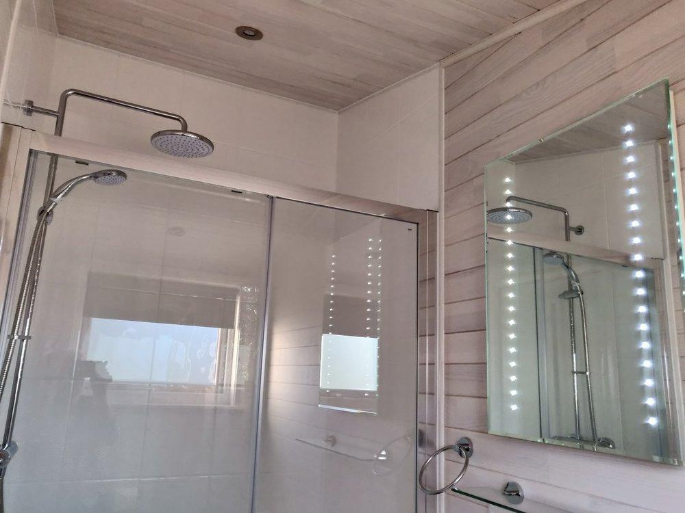 shower masterd bedr. all lodges.jpg