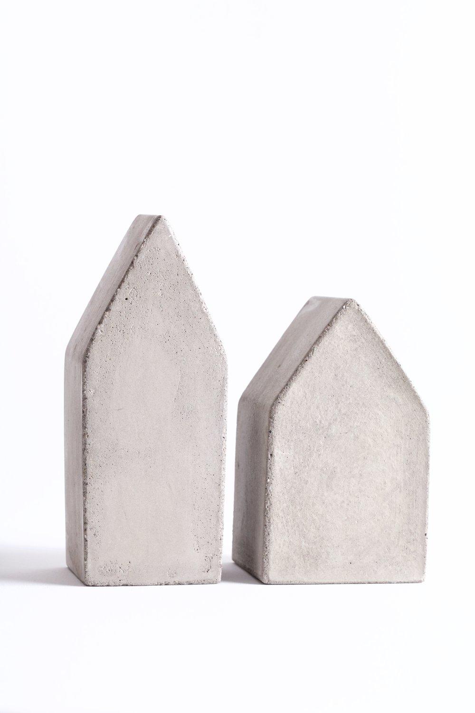 Husene Høyt og Lavt - Husene Høyt og Lavt er stabile og i ren betong. Enkle og stilrene slik at de passer inn i de fleste hjem.Høydene er ca 12 cm og ca 10 cmPris kr 180,- pr. stk.