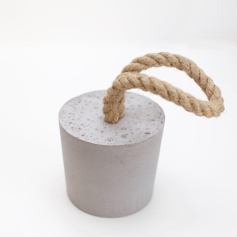 Dørstopperen Dristig - Dørstopperen Dristig står av for en støyt med sin tyngde i rein betong.Høyde ca 13 cmPris kr 260,-