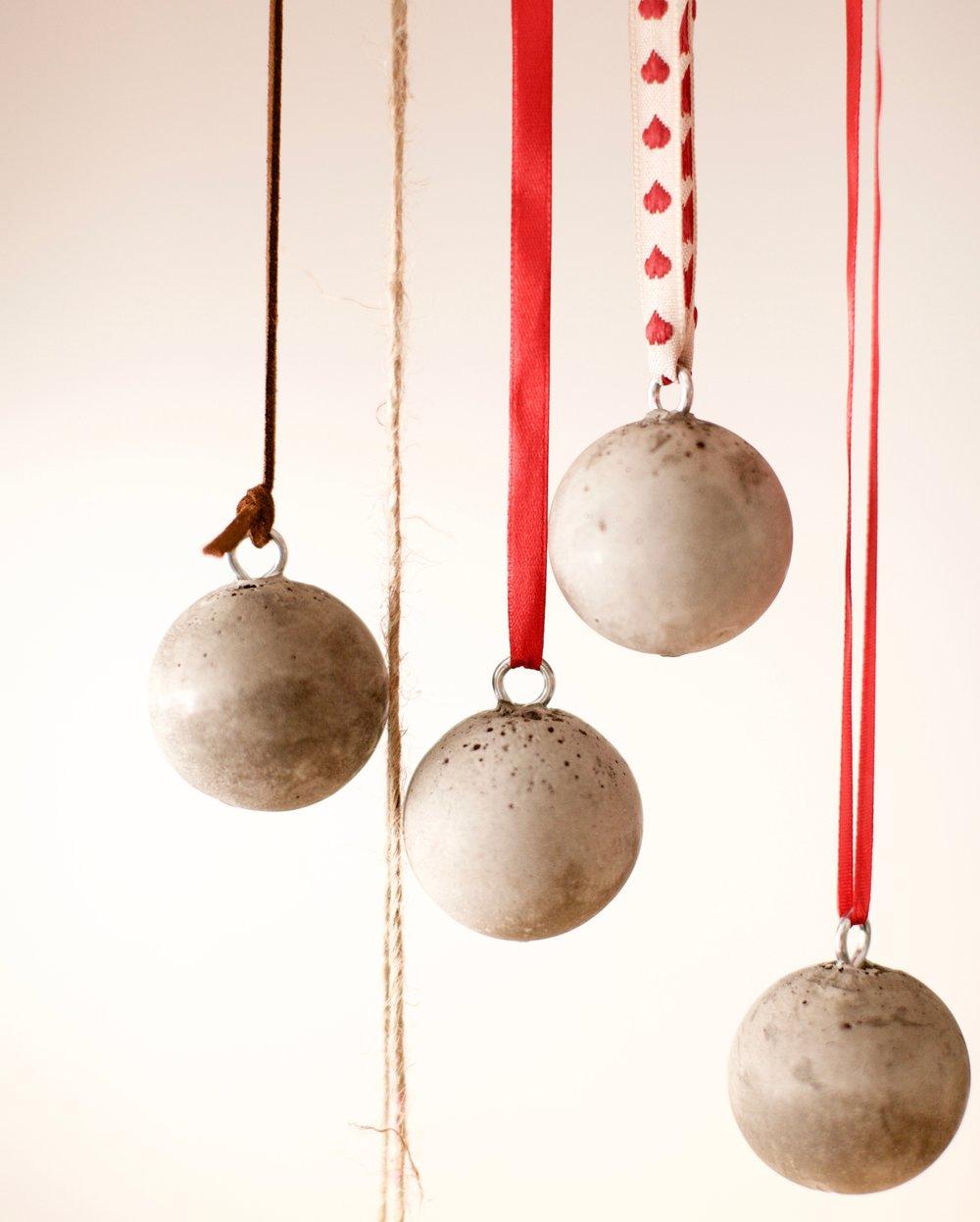 """Julekula Ulla - Julekula Ulla er ikke så tung som man kanskje tror - hun er av den tøffe og røffe julepynten. Men, Ulla kan også ta på """"sommerdrakten"""" i form av ny sløyfe og dermed henge hele året. Test henne gjerne både på et tre og i et vindu.Diameter ca 4 cm og vekt ca 60 gr.Pris kr 70,- pr stk."""