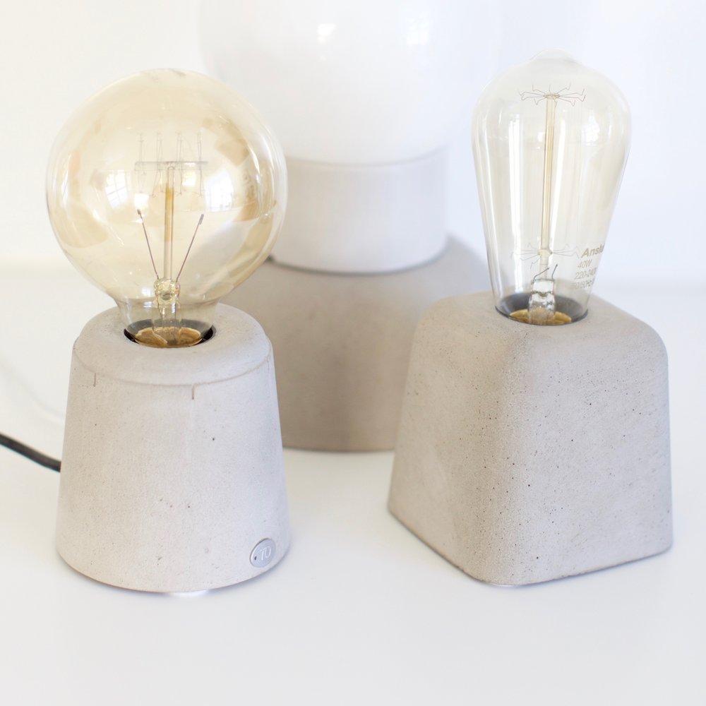 Lampa Lystig - Lampa Lystig gir et varmt og godt lys som kan dimmes. Du kan velge mellom sort eller hvit ledning. Rund eller oval pære følger med - du bestemmer pæreformen. I tillegg kan du velge mellom en rund eller firkanta form - her er mange muligheter.Høyde med pære ca 22 cmPris kr 980,-