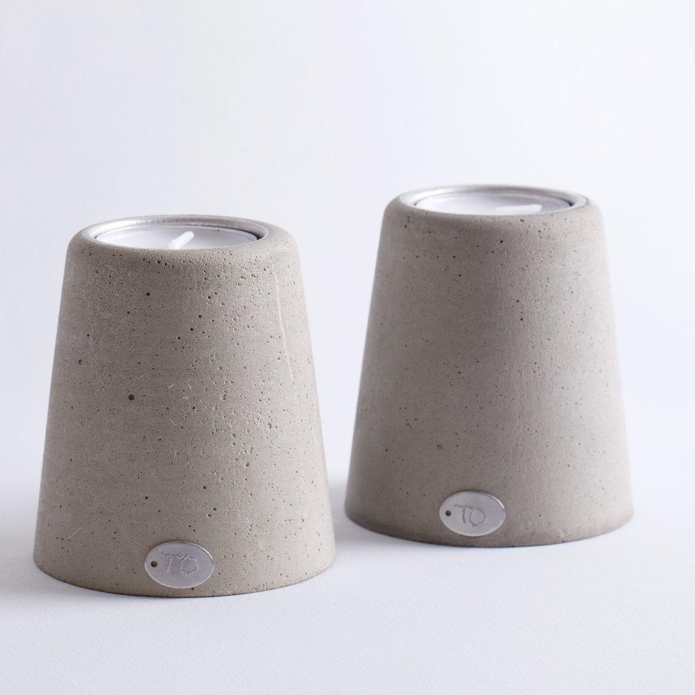 Telysholderen Trivelig - Telysholderen Trivelig trives best i par. Den er stabil og står støtt.Høyde ca 7 cmPris 180,- pr stk.