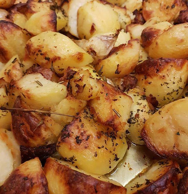 How many roast potatoes can I eat in one sitting 🤔🤔🤔 #sundays #roast #pub #potatoes  #surreylife