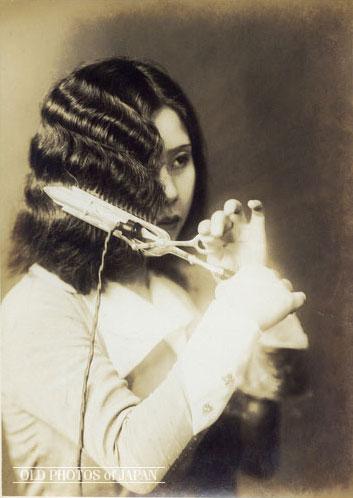 - The new look was the Japanese flapper modan gaaru (