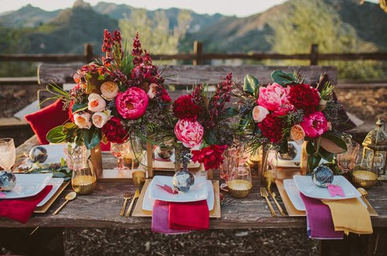 One of our new faves from greenweddingshoes.com. This floral design in this setting is absolutely breathtaking! LOVE!