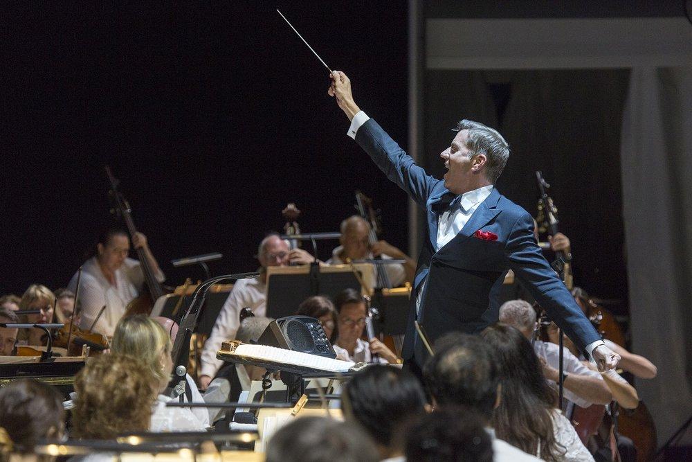 Steven Reineke conducting The New York Pops