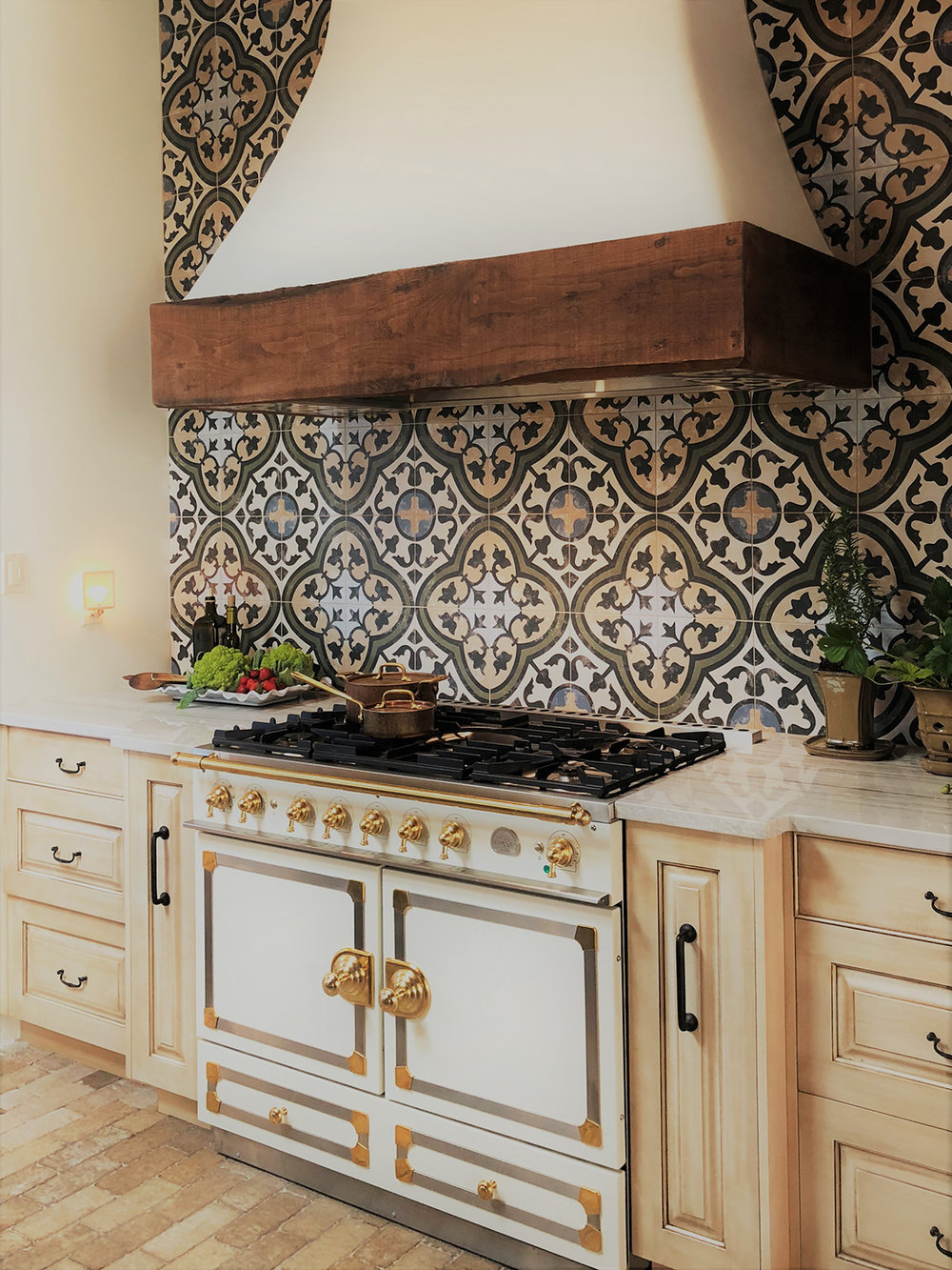 santa-fe-new-mexico-kitchen-breakfast-nook-interior-design-montgomery-home-10.jpg