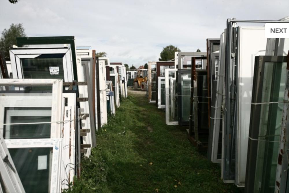 Herbruikbare kozijnen en deuren bij een tweedehands bouwmarkt in Zwijndrecht