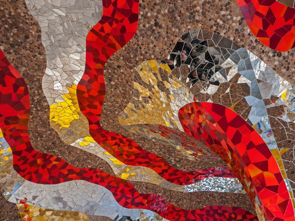 Hergebruik van tonnen kapotte tegels door Niki de Saint Phalle