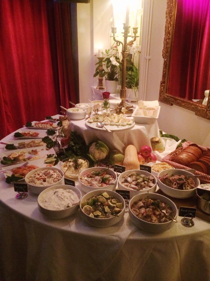 JULBORD 2018 - Torsdagen den 29/11 slår vi upp portarna för traditionsenligt julbord på Söderport.Kom in i värmen för ett välsmakande julbord med mängder av olika inslag, allt från det klassiska till lokala delikatesser.Julbord serveras ons – lör från kl. 18.00Julbord inkl. glögg & pepparkakaPris / person: 445krVälkomna in i värmen med välsmakande mat, skön julstämning, välsmakande drycker samt hett pulserande dansgolv!Julbord serveras:29/1130/11 1/12 (Fullbokat)5/126/12 (Fullbokat)7/12 (Fullbokat)8/1212/1213/12 (Få platser kvar)14/12 (Fullbokat)Julbord – FamiljesöndagSöndagarna 2/12, 9/12 & 16/12 serverar vi familjejulbord mellan 13.00-16.00Vi bjuder in till en ny söndagstradition på Söderport – FamiljesöndagarTa med hela familjen och ät vårt välsmakande julbord i en skön miljö vid Kalmar Slott.Pris: Vuxna 295 kr.Barn (3-12år) 145 kr. Se till att boka just er plats hos oss!Mail: boka@soderportkalmar.seTel: 0480-125 01Varmt Välkomna!