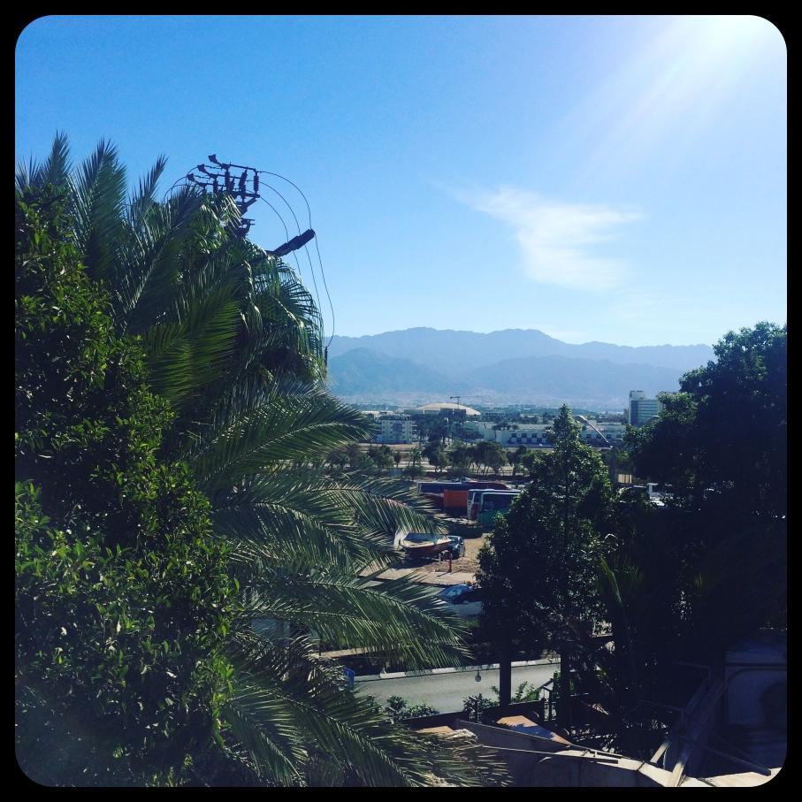 Widok z tarasu w hostelu Arava