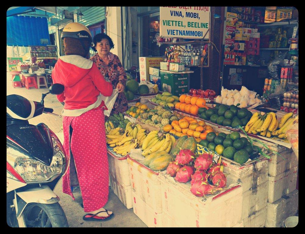 Sklepik z owocami (smoczy owoc, mango, banany, zielone mandarynki, pomarańcze, grejpfruty)
