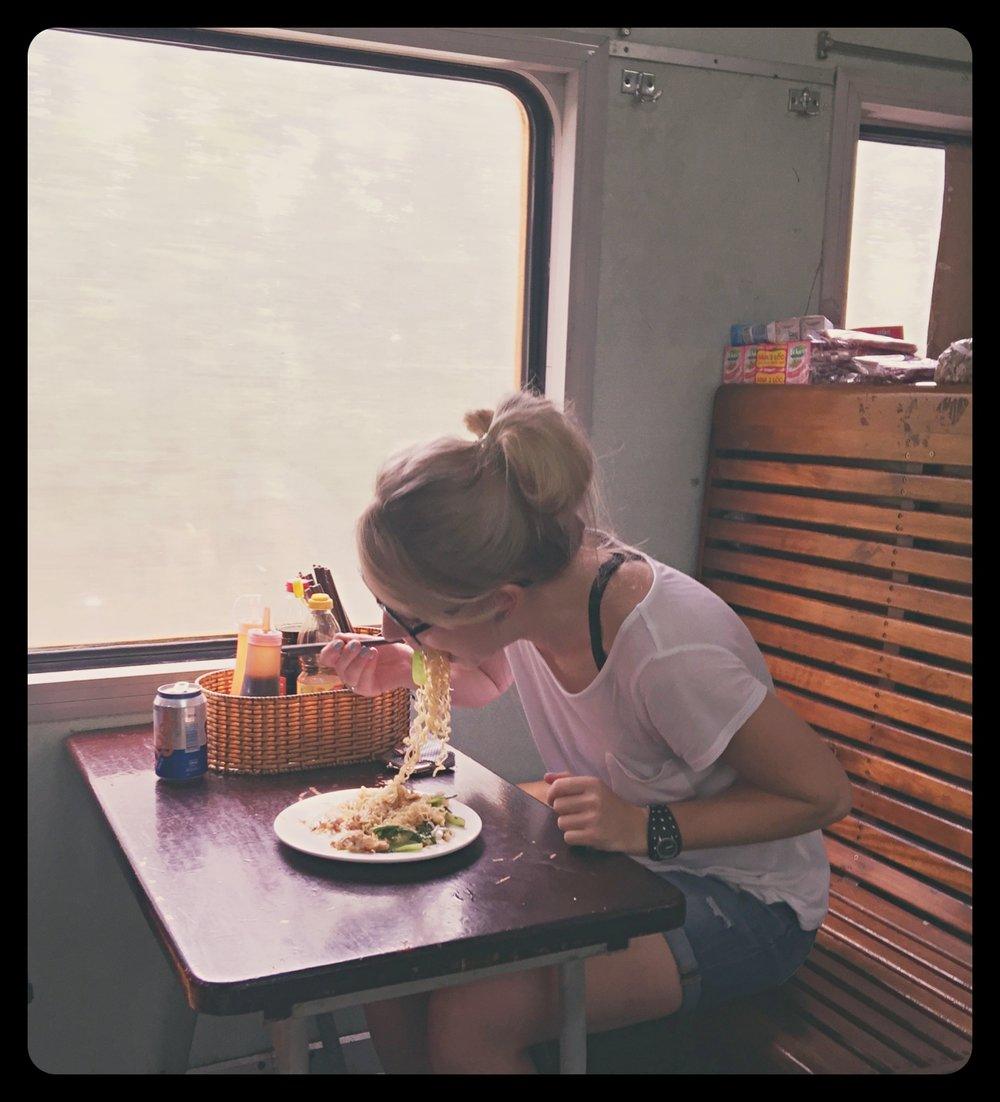 Jedzenie makaronu w pociągu