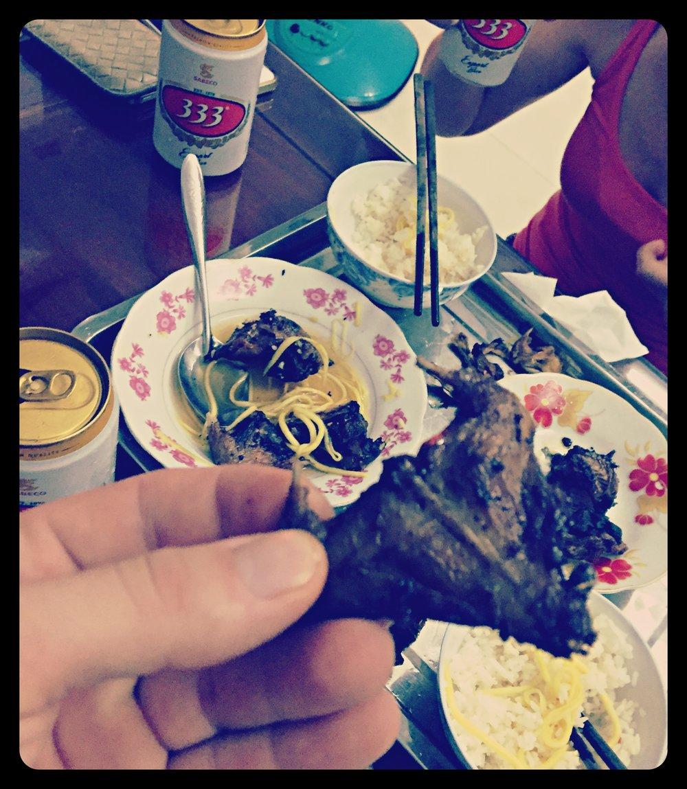 Pieczone myszy serwowane na sałatce z ryżu i mango