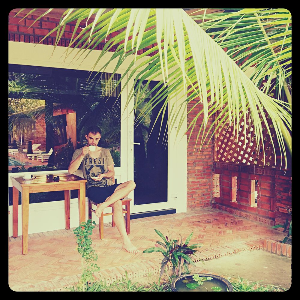 Poranna kawa przed bungalowem