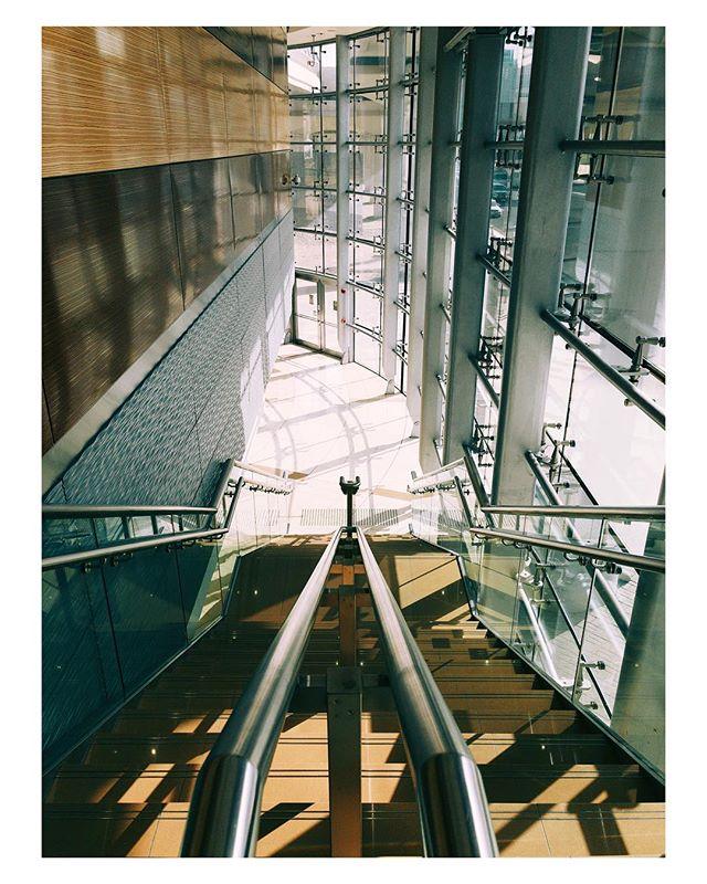 #architecture . . . . #igersdubai #igersuae #Dubai #myuae #mydubai #dubaimetro #metro #stairs #light #agameoftones
