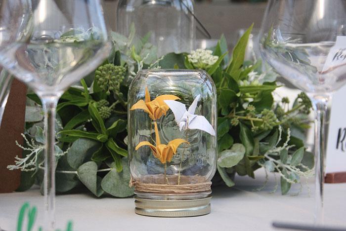 DÉCO DE TABLE - Réalisation de 20 bocaux décoratifs (un pour chaque table) avec des oiseaux en papier à l'intérieur, plié selon l'art de l'origami.