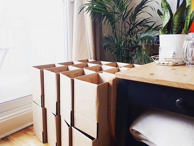 Rendue dans le salon à faire mes boîtes... pour avoir une impression d'espace 😄 je me sens un peu comme la mère Noël à emboiter autant! 🎅 J-14 avant le marché Casse-Noisette / et 1mois avant le marchedes Fêtes du @collectifcreatifetsymtl ! On verra si l'avenir me donne raison d'avoir emboîté tant d'origami! 🤞💪🔥 . . . . #makersgonnamake #boxes #work #workhard #workhard #hardworking #smallbiz #faitauquebec #handmade #handcrafted #mtl #koz #kozouf #homedecor #lifestyle #entrepreneurslife #montreal #christmasiscoming