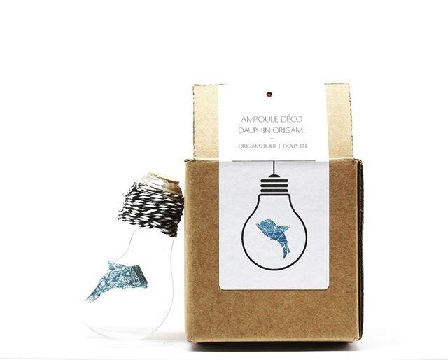 Toutes les ampoules déco avec origami sont désormais en ligne! (lien en bio) 🎉  Je vous présente ma préférée, l'ampoule dauphin 🐬🐬 Même si je dois avouer que c'est dur de choisir! . . . . . #dolphin #origamidolphin #paperdolphin #lightbulb #origami #paper #papercraft #origamilicious #paperlicious #decoration #homedecor #koz #kozouf #mtl #montreal #handmade #handcrafted #makersgonnamake #etsyseller #etsyshop #faitauquebec #etsyca